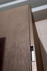 i cassetti dei mobili da soggiorno si possono aprire grazie ad una maniglia incassata nello spessore.